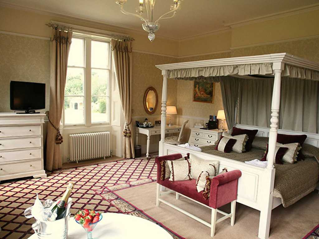 Four poster room, Shendish Manor Hotel